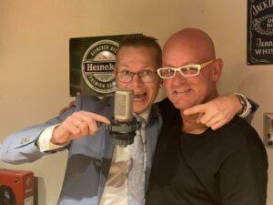 Thuis in Holland cameraman Robert Vegt krijgt studiomicrofoon gesponsord door Klaas Bakker