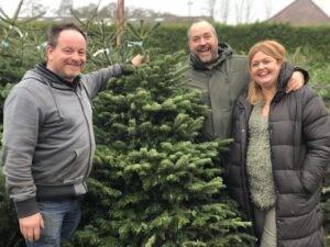 Kees Haak gaat samen met z'n vrouw Monique en maat Hans Dievenbach kerstbomen verkopen voor de Voedselbank Zeist