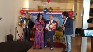 René le Blanc reikt bijzondere award uit aan Johan Vlemmix