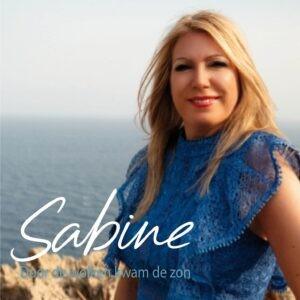 Sabine ziet de zon door de wolken