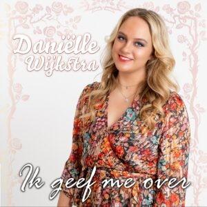 Daniëlle Wijkstra brengt IK GEEF ME OVER uit